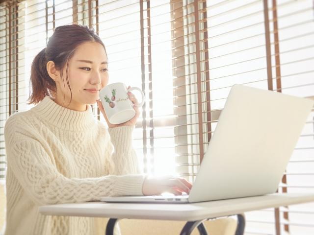 パソコンでホームページを作成する女性